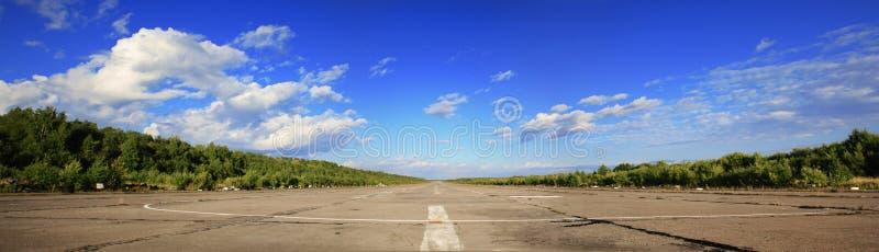 Ampia strada senza fine e sola, che funziona verso l'orizzonte, paesaggio, giorno soleggiato di estate fotografie stock libere da diritti