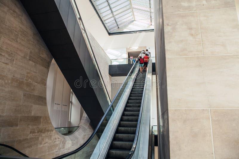 Ampia vista ad angolo alle scala delle scale mobili di - Scale ad angolo ...