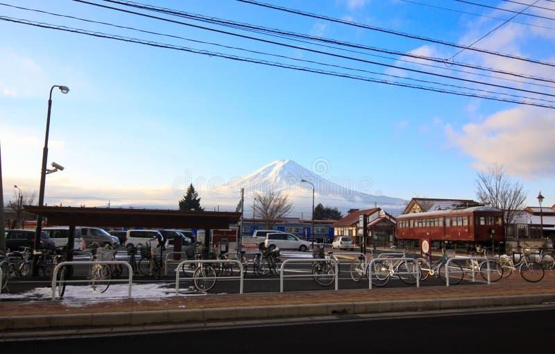 Ampia vista alla parte anteriore del parco pubblico con Fujiyama fotografie stock