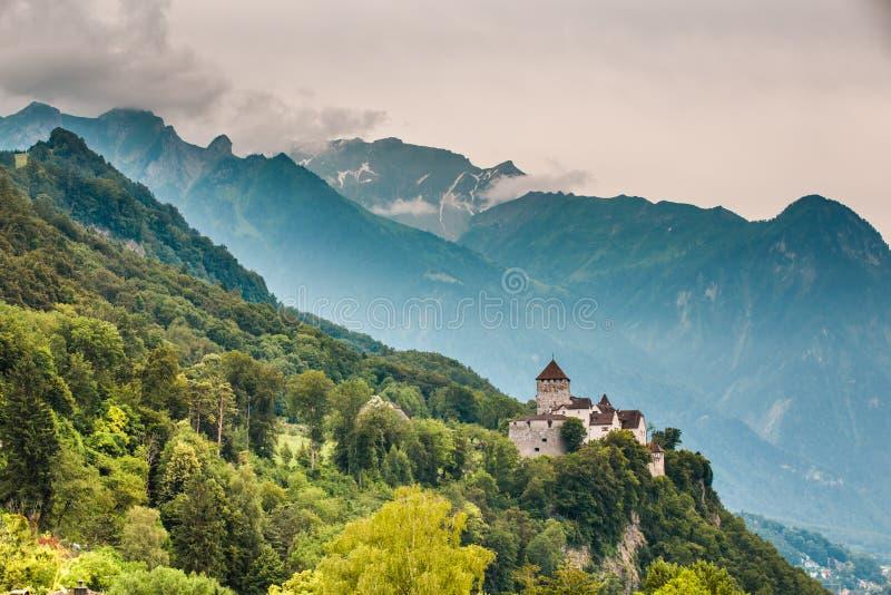 Ampia vista del castello di Vaduz e delle alpi, Liechtenstein immagine stock