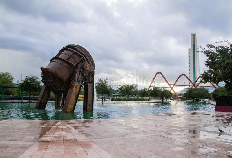 Ampia vista del clisol che è stato utilizzato nell'elaborazione di ghisa È nel parco della fonderia di Monterrey Messico fotografia stock
