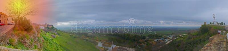 Ampia vista del paesaggio e castello, sole, autunno fotografia stock