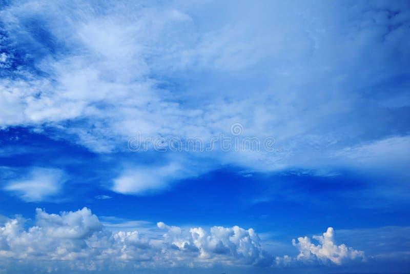 Ampia vista di prospettiva del cielo di blu navy romantico con le nuvole grige bianche Immagine di sfondo artistica di alta risol fotografia stock