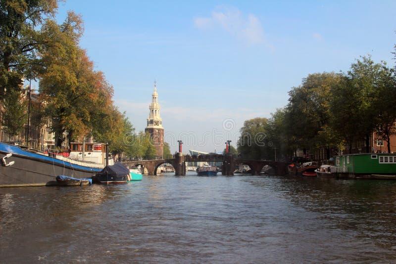 Ampia vista lungo il fiume a Amsterdam Paesi Bassi con il faro all'orizzonte fotografia stock