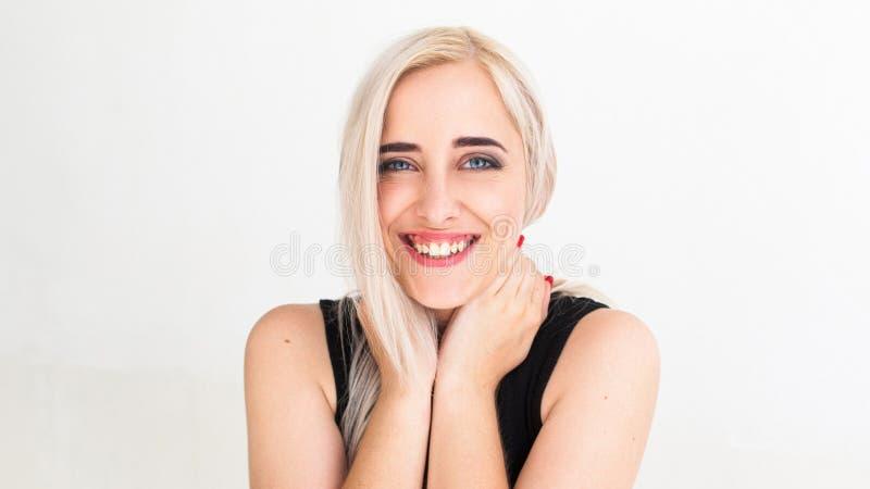 Ampiamente sorridendo alla bionda graziosa della macchina fotografica immagine stock libera da diritti