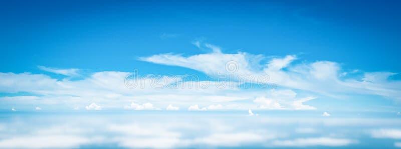 Ampie nuvole del cielo di panorama sopra le nuvole dalla finestra dell'aeroplano per il fondo della natura dell'insegna immagini stock