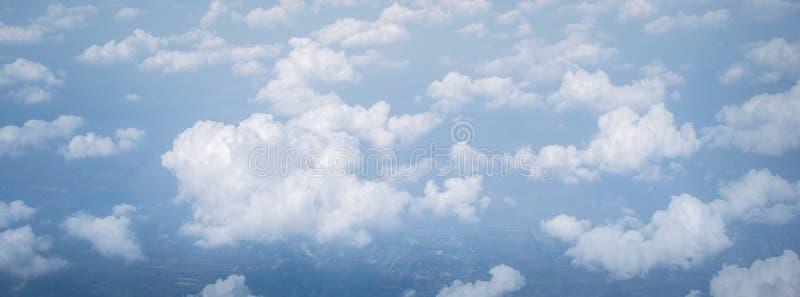 Ampie nuvole del cielo di panorama sopra le nuvole dalla finestra dell'aeroplano per il fondo della natura dell'insegna fotografie stock
