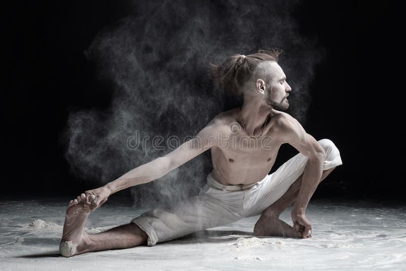 Ampio affondo di yoga del doung flessibile dell'uomo o namaskarasana laterale di utthita immagini stock libere da diritti