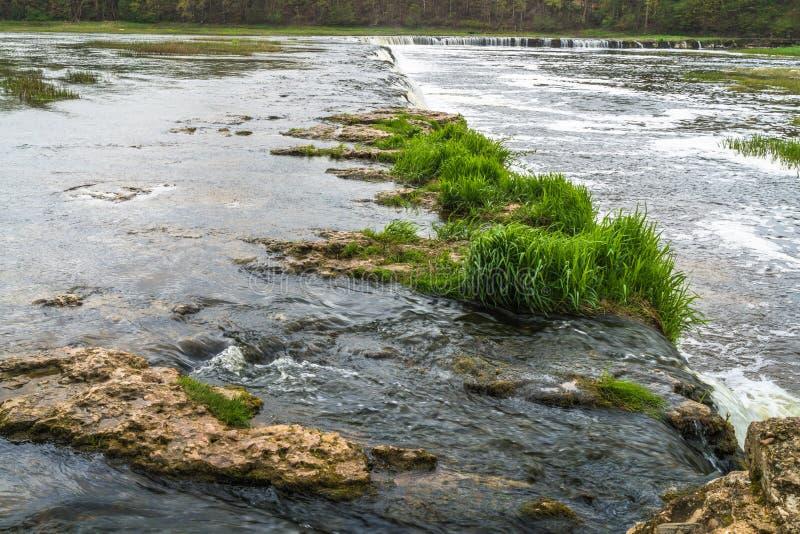 Ampio fiume con la cascata fotografia stock libera da diritti