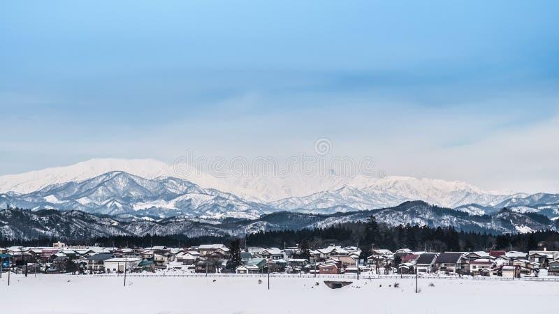 Ampio paesaggio di piccoli villaggio e catena montuosa a Fukushima, fotografie stock