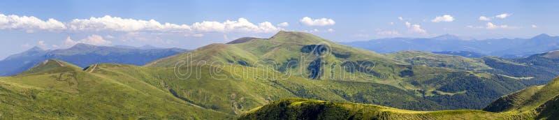 Ampio panorama delle colline verdi della montagna Montagne carpatiche nella s fotografia stock libera da diritti