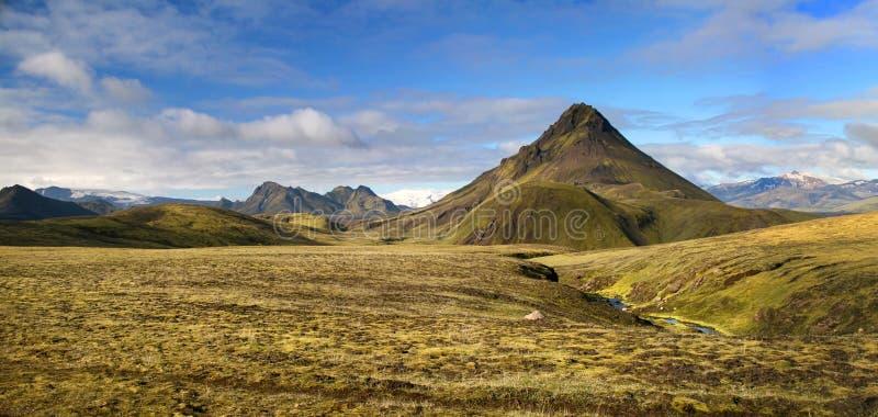 Ampio panorama di una montagna coperta da muschio verde nel parco nazionale di Landmannalaugar, Islanda immagini stock libere da diritti