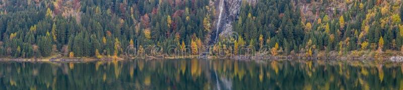 Ampio panorama extra degli alberi di autunno e del lago alpino fotografie stock libere da diritti