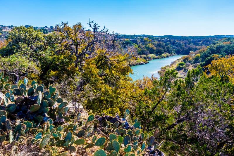 Ampio punto di vista di Texas Pedernales River da un alto bluff Con il fogliame di caduta immagine stock libera da diritti