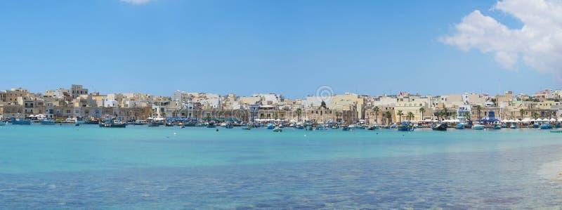 Ampio seaview con Marsaxlokk - un paesino di pescatori tradizionale nell'isola di Malta fotografie stock