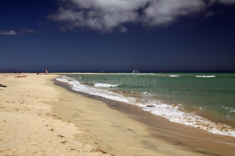 Ampio tideland senza fine nella laguna di Gorriones, Playa de Sotavento, calma della Costa, Fuerteventura, Spagna immagine stock libera da diritti