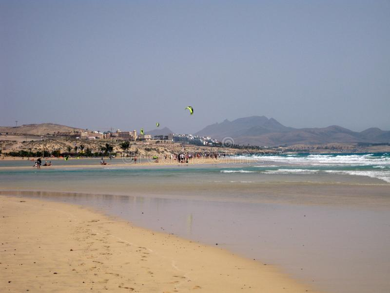 Ampio tideland senza fine nella laguna di Gorriones, Playa de Sotavento, calma della Costa, Fuerteventura, Spagna fotografie stock