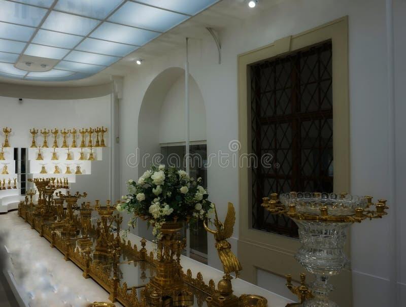 Ampliação dourada do fruto Pratos da família de Habsburgo Coleção de prata imperial fotos de stock royalty free