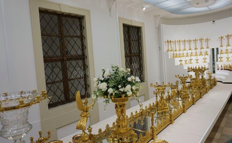 Ampliação dourada do fruto Pratos da família de Habsburgo Coleção de prata imperial foto de stock
