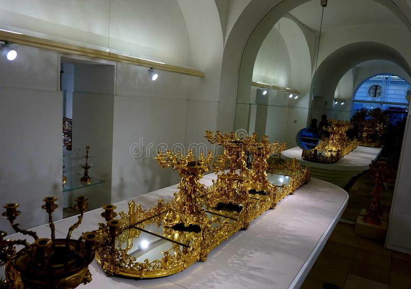 Ampliação dourada do fruto Pratos da família de Habsburgo Coleção de prata imperial foto de stock royalty free