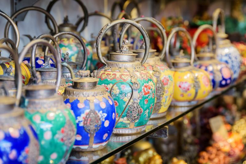 Amplia gama de teteras orientales tradicionales coloridas en tienda de regalos imágenes de archivo libres de regalías
