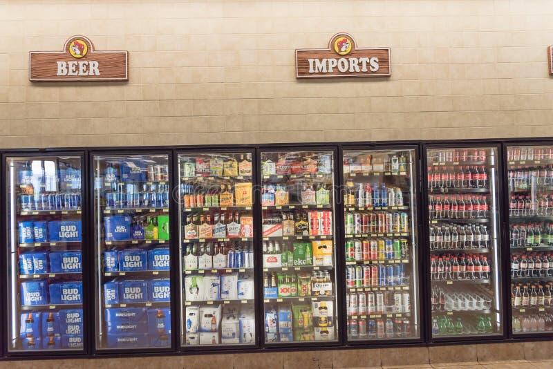 Amplia selección de azúcar, de energía y de bebidas del alcohol en el colmado americano imagenes de archivo
