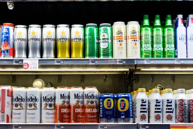 Amplia selección de bebida de la cerveza o del alcohol en la exhibición del estante imagen de archivo