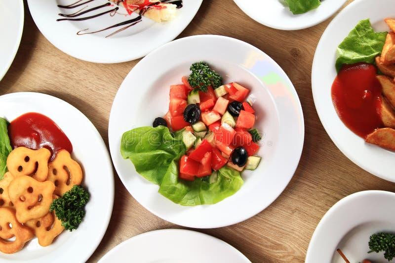 Amplia selección de comidas deliciosas en la tabla foto de archivo