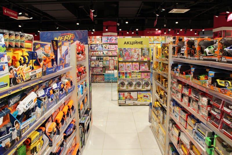 Amplia selección de juguetes en la tienda de los niños Departamento interior del juguete fotos de archivo libres de regalías