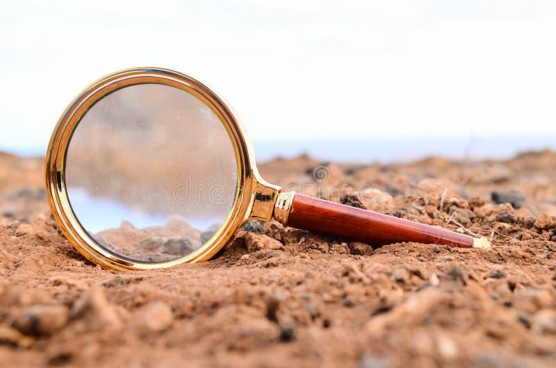 Amplie o vidro abandonado no deserto fotografia de stock royalty free