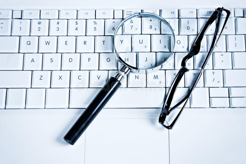 Amplie vidros no teclado foto de stock royalty free