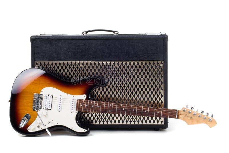 Amplificador de la guitarra y electricguitar fotos de archivo