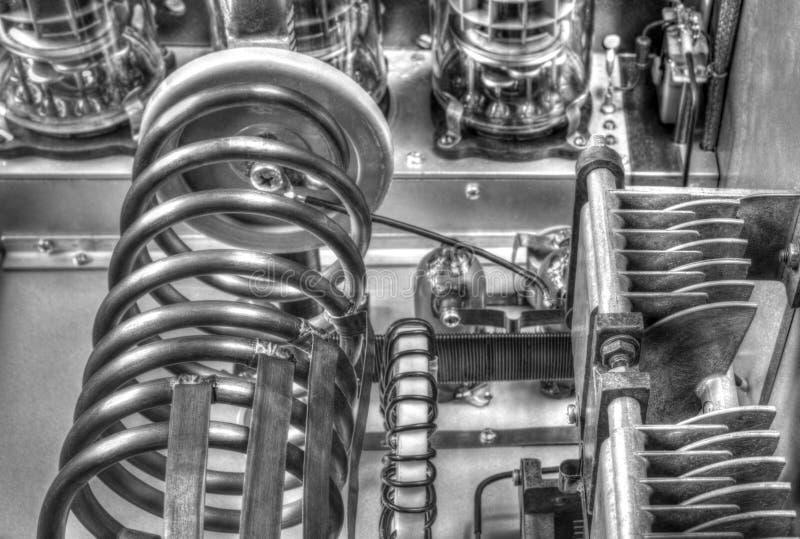 Amplificador de potência da onda curta dos tubos de vácuo em preto e branco foto de stock