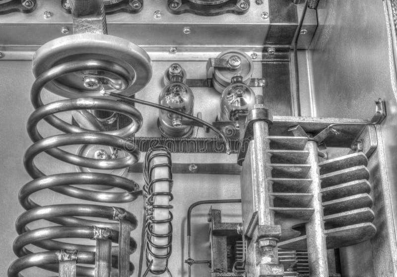 Amplificador de potência da onda curta dos tubos de vácuo em preto e branco fotografia de stock