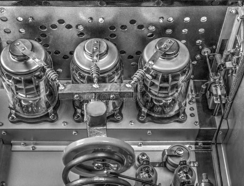 Amplificador de potência da onda curta dos tubos de vácuo em preto e branco fotografia de stock royalty free