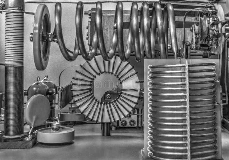 Amplificador de potência da onda curta dos tubos de vácuo em preto e branco foto de stock royalty free