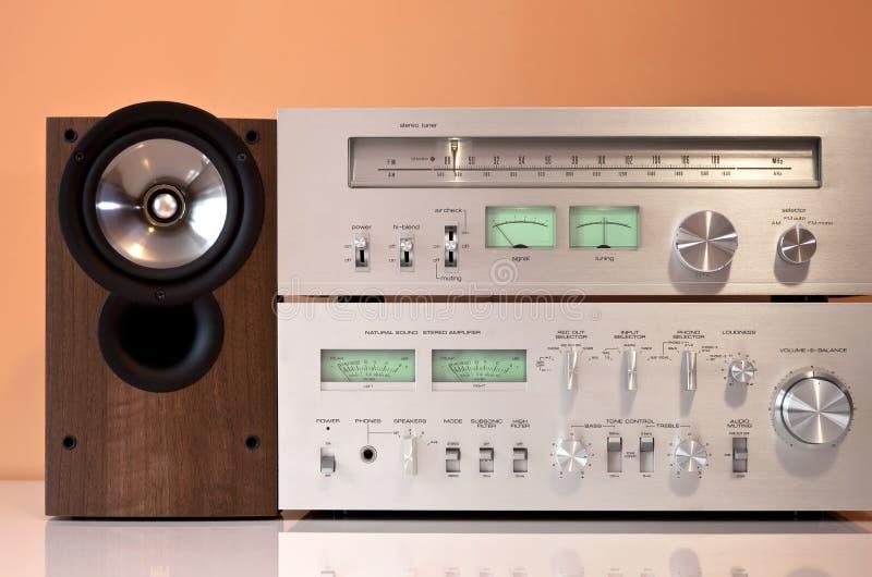 Amplificador estéreo, sintonizador de radio, altavoces imagenes de archivo