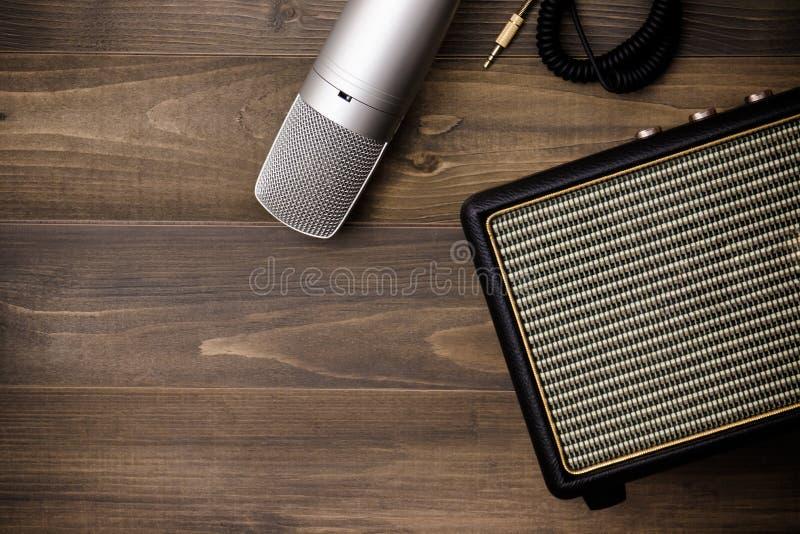 Amplificador y micrófono de la guitarra imagen de archivo