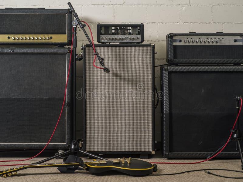 Amplificadores de la guitarra en el estudio de grabación imagen de archivo