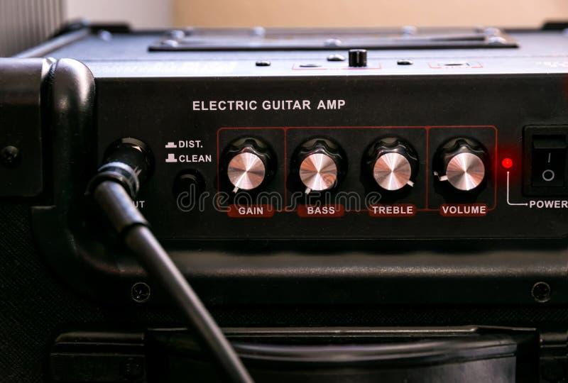 Amplificateur de guitare avec des cadrans et des contrôles pour le volume, gain, basse, triple photos libres de droits