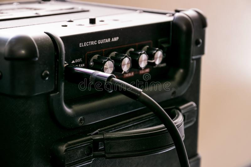 Amplificateur de guitare avec des cadrans et des contrôles pour le volume, gain, basse, triple Le câble de Jack s'est relié photographie stock libre de droits