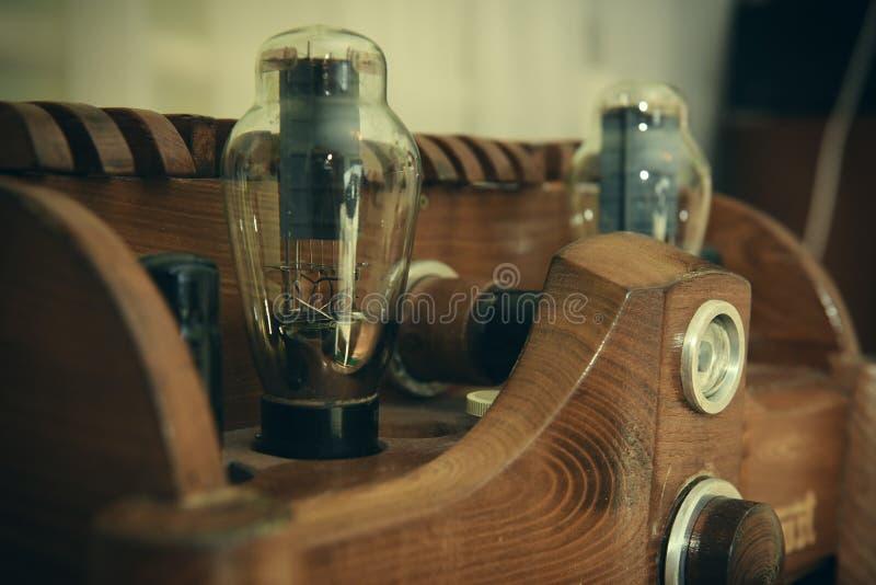 Amplificateur en bois naturel de tube photos stock