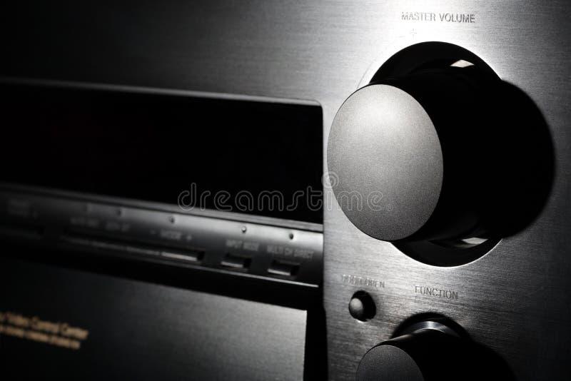Amplificateur noir de théâtre à la maison avec des clos de molette de volume image libre de droits