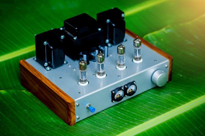 Amplificatore antiquato dell'apparecchio elettronico con la lampada d'ardore del diodo della lampadina per riproduzione del suono immagini stock libere da diritti