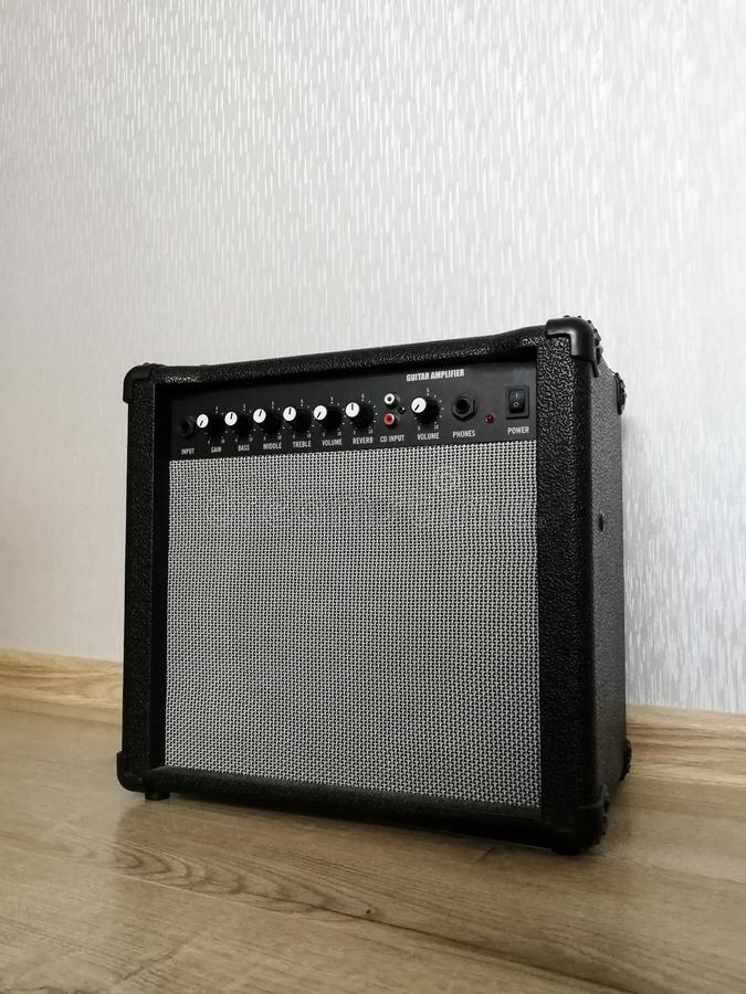 Amplificatore combinato della chitarra sul pavimento di legno immagine stock