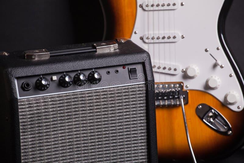 Amplificatore e chitarra elettrica fotografia stock libera da diritti