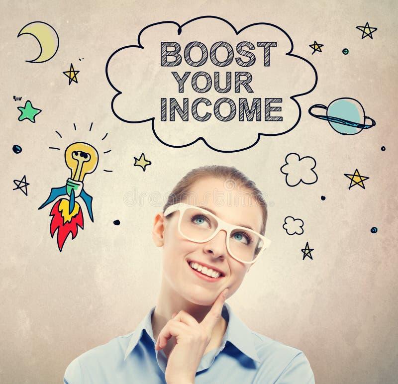 Amplifichi il vostro schizzo di idea di reddito con la giovane donna di affari fotografia stock