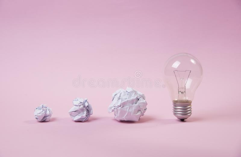 Ampola com papel amarrotado sessão de reflexão do conceito para a ideia fotografia de stock