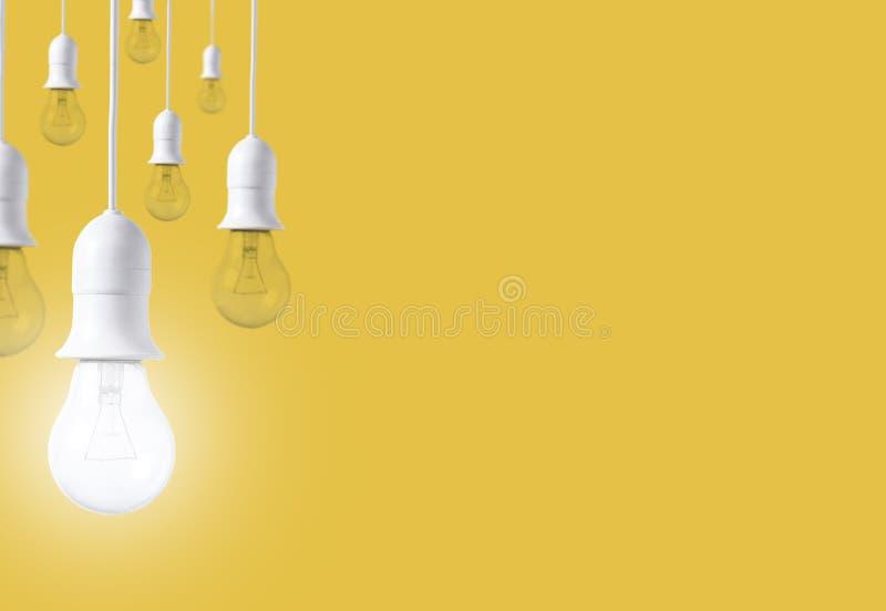 Ampola da diferença no fundo amarelo Conceito de ideias novas imagem de stock royalty free