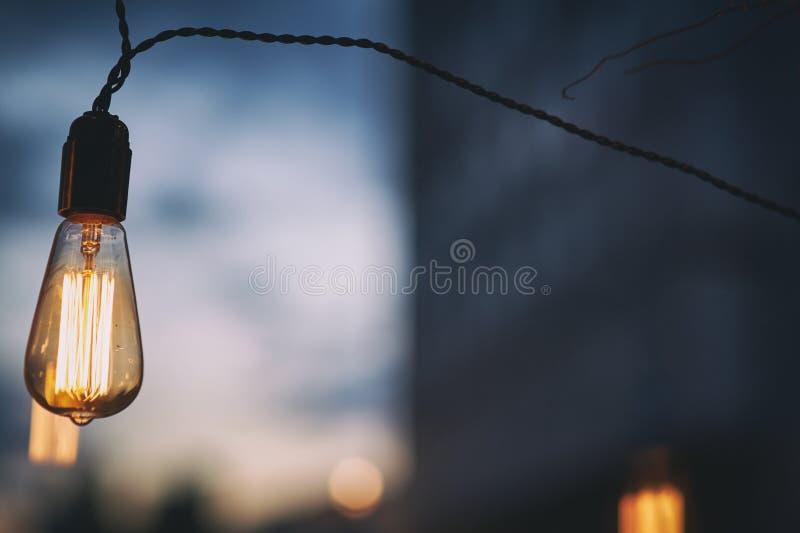 Ampola de Edison com fundo do borrão da cidade, foco seletivo fotografia de stock royalty free